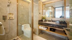 A bathroom at Guangzhou Lilium Elysees Hotel