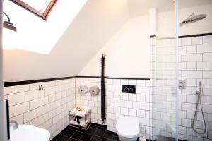A bathroom at Sir Toby's Hostel