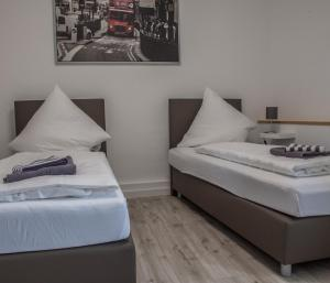A bed or beds in a room at Hotel Gasthof Zur Post