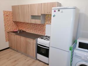 Кухня или мини-кухня в Apartaments na Yablonevoy 7