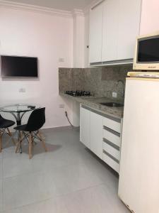 A kitchen or kitchenette at Apartamento pertinho da UEM/Novo Centro