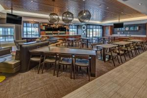 A restaurant or other place to eat at SpringHill Suites by Marriott Amarillo