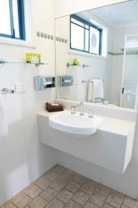 A bathroom at Rockpool Motor Inn