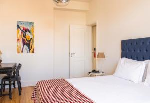A bed or beds in a room at Tesouro da Baixa by Shiadu