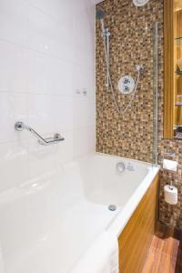 A bathroom at Ashford International Hotel - QHotels