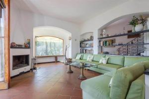 A seating area at B&B Tre Mari Portofino -Nestled in Nature-