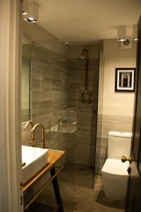 A bathroom at St George Hotel Rochester-Chatham