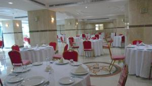 Um restaurante ou outro lugar para comer em Al Rawhanya Hotel