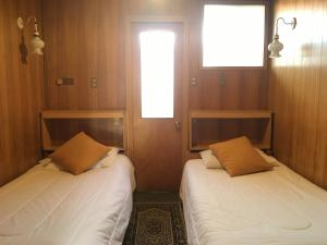 A bed or beds in a room at Hostal Buenaventura