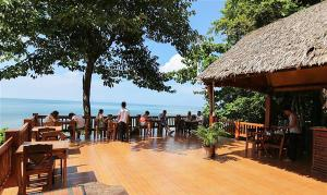 A restaurant or other place to eat at Koh Jum Resort