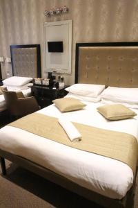 Säng eller sängar i ett rum på Duke Of Leinster Hotel