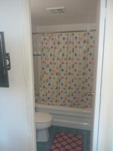 A bathroom at Alisa Guest Suites