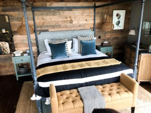 A bed or beds in a room at Gara Rock