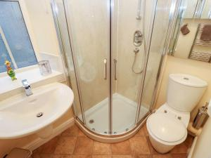 A bathroom at The River Appartment