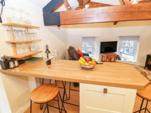 A kitchen or kitchenette at The Loft Apartment