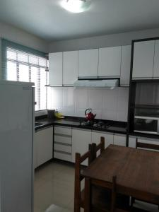 A kitchen or kitchenette at Conforto e vista privilegiada - Francisco Beltrão