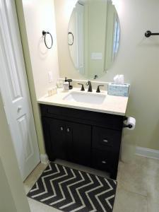 A bathroom at Deer Hideout Retreat