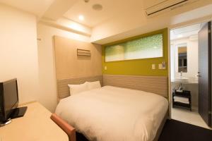 Tempat tidur dalam kamar di Ueno Hotel