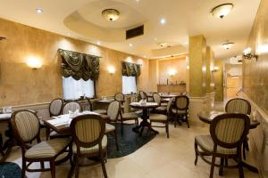 A restaurant or other place to eat at Hotel Opera by Zeus International