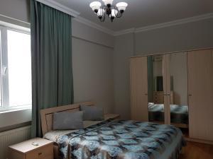 Cama ou camas em um quarto em Leyla Apartments 9 At Fountain Square