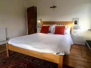 A bed or beds in a room at MyCityHaven - The Siston Cottage