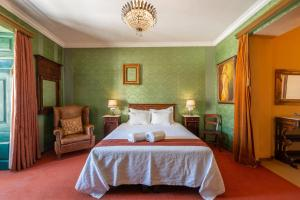 A bed or beds in a room at Casa dos Arcos - Charm Guesthouse