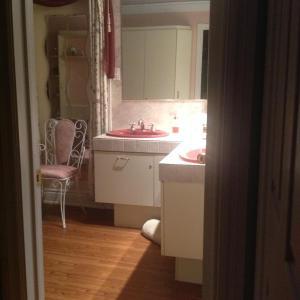 A bathroom at Gite La Jeanne-Claire Couette & CAfé