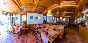 A restaurant or other place to eat at Hotel Weisshorn