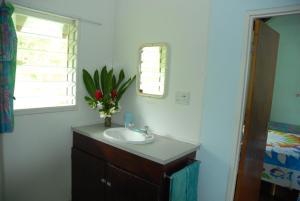 A bathroom at Gina's Garden Lodges