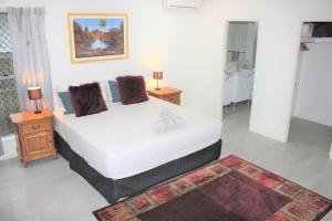 A bed or beds in a room at Oceans Edge Reef Retreat