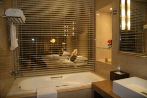 Un baño de Ritan Hotel Downtown Beijing