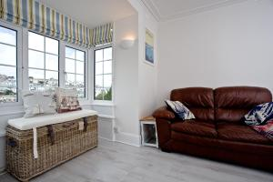 A seating area at The Seadog, Traditional Fisherman's Cottage with Beach Hut on Broadsands Beach