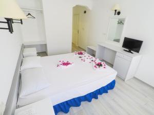 Een bed of bedden in een kamer bij The Hello Hotel