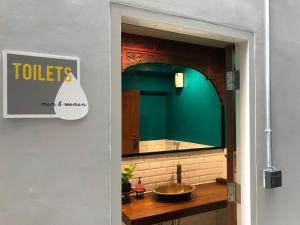 A bathroom at S1hostel Bangkok