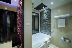 Ein Badezimmer in der Unterkunft Impiana Resort Patong, Phuket - SHA Plus