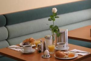 Breakfast options available to guests at Memphis Hotel