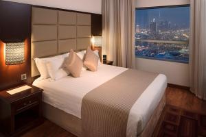 Een bed of bedden in een kamer bij Majestic City Retreat Hotel ( Formerly Majestic Hotel Tower)
