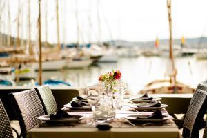 Restaurant ou autre lieu de restauration dans l'établissement Hotel Restaurant de la Tour