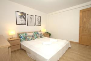 A bed or beds in a room at Apartament Eivissa