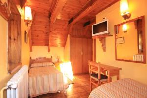 A bed or beds in a room at Hostal y Apartamento Seixes