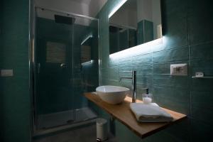 A bathroom at LECENTRE 174