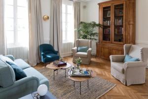 A seating area at Le Relais de Franc Mayne Saint Emilion