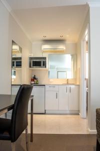 A kitchen or kitchenette at Tea House Motor Inn
