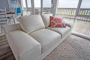 A seating area at Stunning Waterfront only 10 minutes to Phillip Island - Pet Friendly