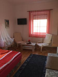 A seating area at Tó Panzió