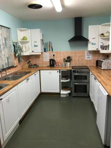 Una cocina o zona de cocina en Loch Ness Backpackers Lodge