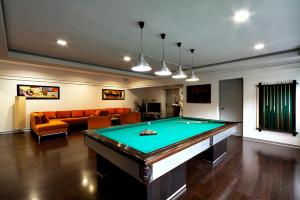 A pool table at All Time Relais & Sport Hotel