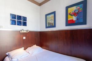 A bed or beds in a room at Hotel Du Pharo