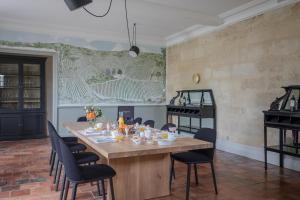 A restaurant or other place to eat at Le Relais de Franc Mayne Saint Emilion