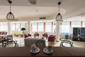 A restaurant or other place to eat at Best Western La Baia
